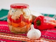 Приготвяне на рецепта Лесна туршия с карфиол, зеле, чушки камби и моркови в марината от оцет, захар и масло без варене